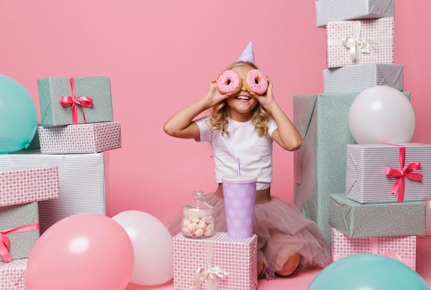 Retrato de una niña bonita alegre
