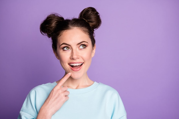 Retrato de niña bonita asombrada pensar pensamientos mirar copyspace toque barbilla dedo impresionado increíbles planes de fin de semana usar ropa de estilo deportivo aislado fondo de color púrpura