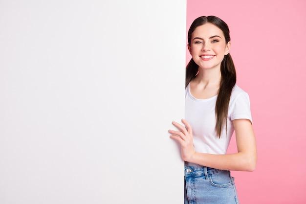 Retrato de niña bonita encantadora presentando noticias novedad pizarra