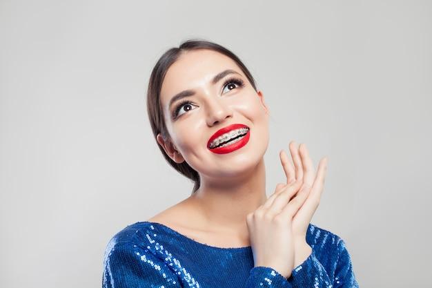 Retrato de niña bonita con frenos en los dientes