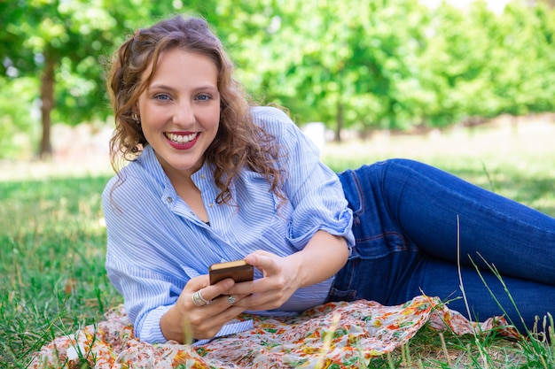 Retrato de niña bonita sonriente con internet móvil