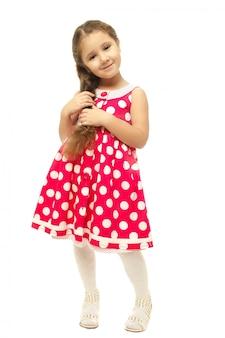 Retrato de una niña bonita en vestido rosa