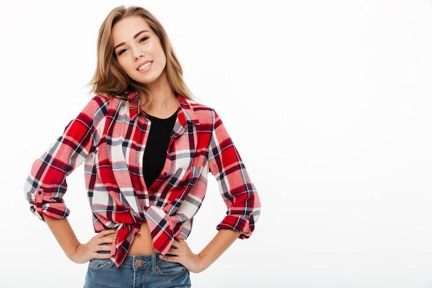 Retrato de una niña casual feliz en camisa a cuadros
