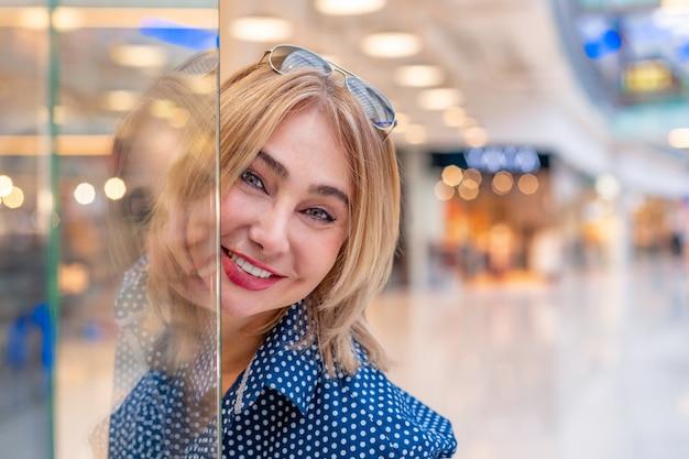 Retrato de niña de compras de moda. mujer de belleza en el centro comercial.