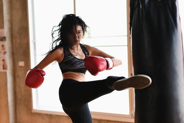 Retrato de niña de deporte de boxeo en el gimnasio, concepto de deporte