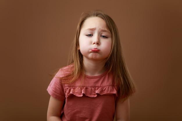 Retrato de niña divertida con emoción molesta