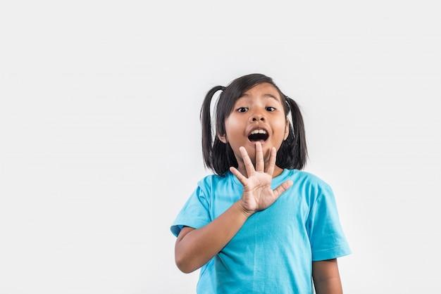 Retrato de la niña divertida que actúa en tiro del estudio