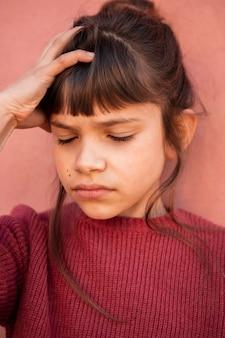 Retrato de niña con dolor de cabeza