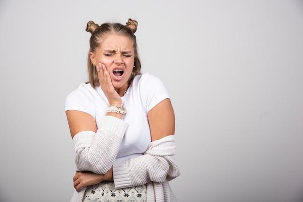Retrato de niña con dolor de muelas.