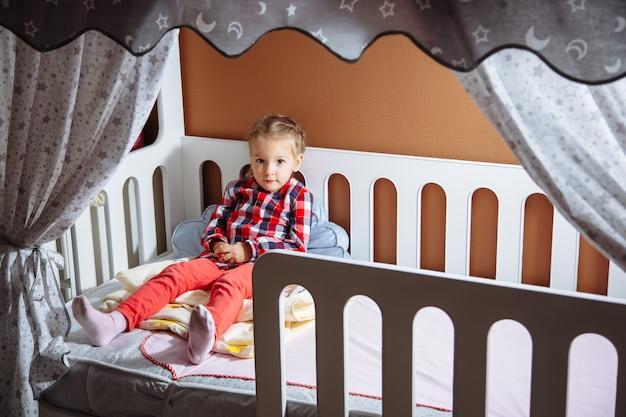 Retrato de una niña en el dormitorio