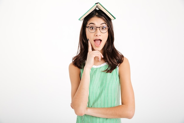 Retrato de una niña emocionada en vestido y anteojos