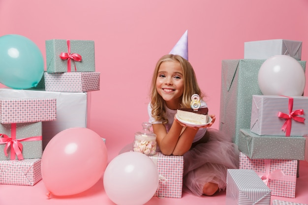 Retrato de una niña encantadora con un sombrero de cumpleaños