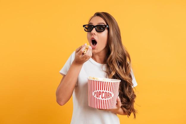 Retrato de una niña excitada en gafas 3d
