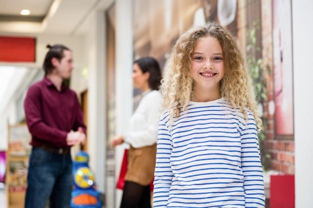 Retrato de niña feliz en el centro comercial