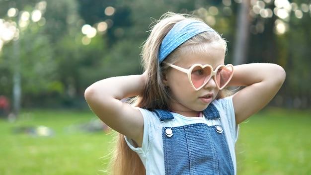 Retrato de niña feliz niño lindo en verano al aire libre.