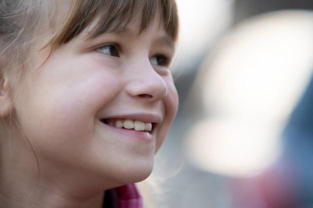 Retrato de niña feliz niño en ropa de abrigo en otoño al aire libre.