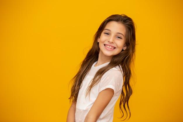 Retrato de una niña feliz niño sonriente