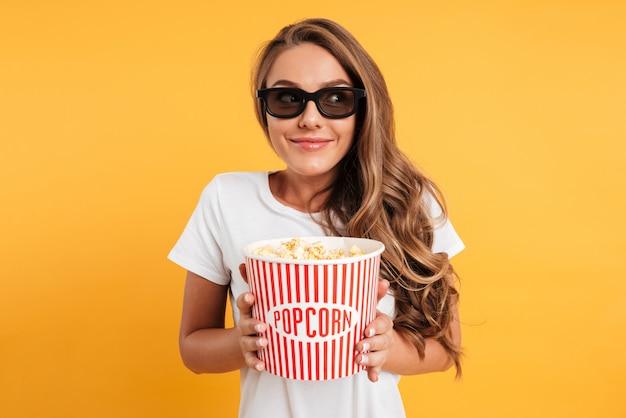 Retrato de una niña feliz satisfecha en gafas 3d
