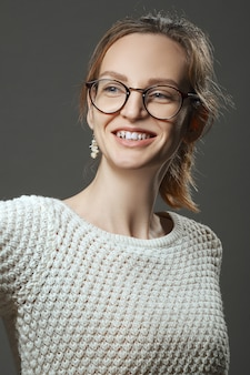 Retrato de niña feliz sonriente
