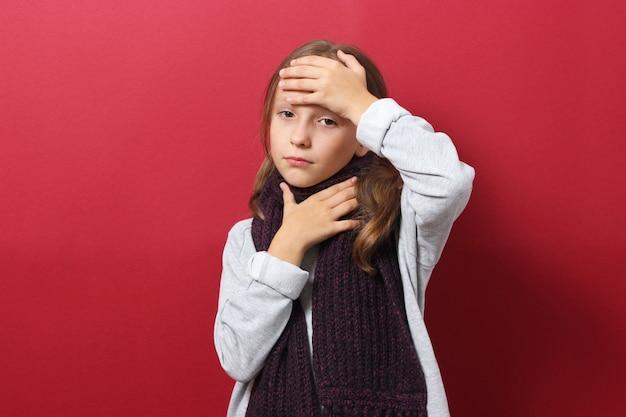 Retrato de una niña fría sobre un fondo de color
