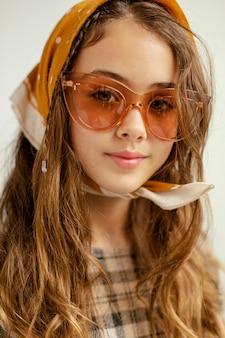 Retrato de niña con gafas de sol