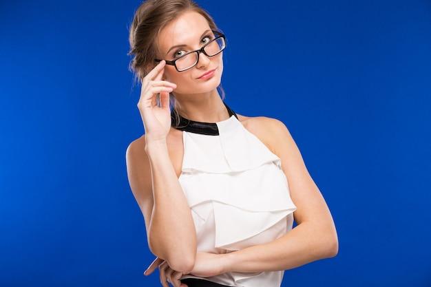 Retrato de una niña con gafas