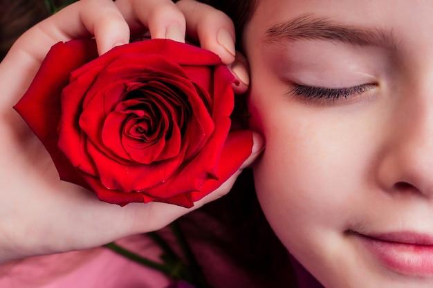 Retrato de niña hermosa y encantadora con perfume de flores, ternura romántica y frescura de la adolescencia.