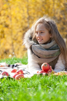 Retrato de niña hermosa en picnic de otoño