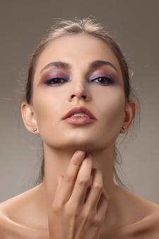 Retrato de niña hermosa con piel limpia y fresca y maquillaje natural.