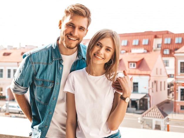 Retrato de niña hermosa sonriente y su novio guapo. mujer en ropa casual jeans de verano.