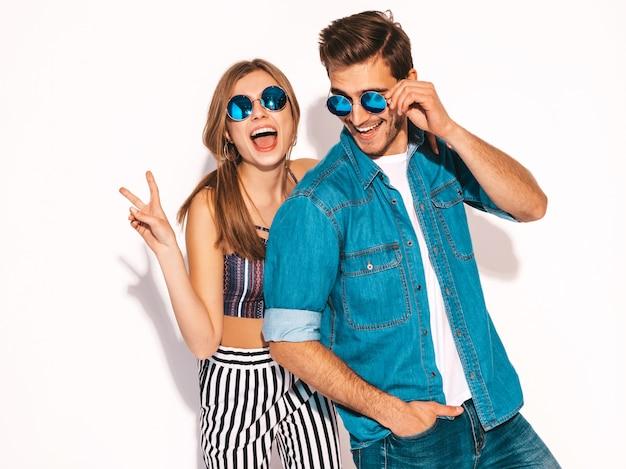 Retrato de niña hermosa sonriente y su novio guapo riendo. feliz pareja alegre en gafas de sol.