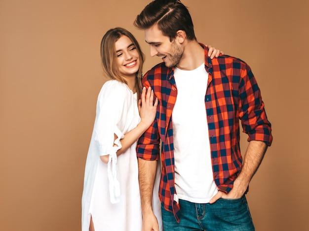Retrato de niña hermosa sonriente y su novio guapo riendo.
