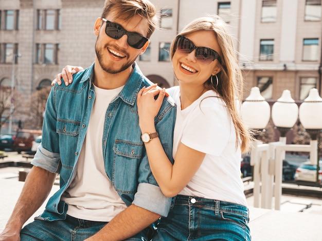 Retrato de niña hermosa sonriente y su novio guapo en ropa casual de verano. .