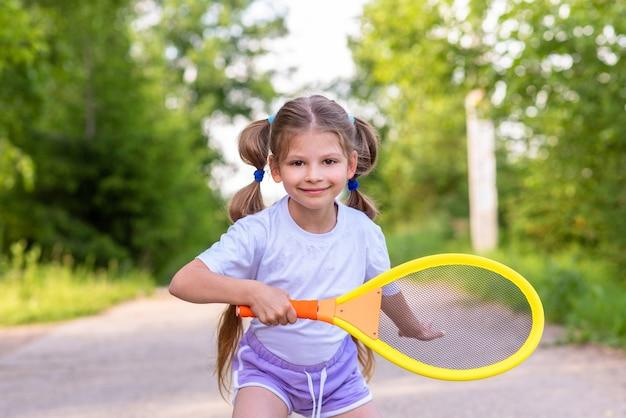 Retrato de niña jugando tenis