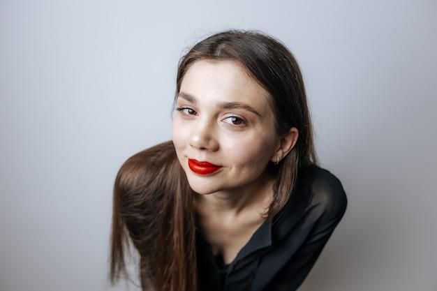 Retrato de una niña con labios rojos y ojos grandes
