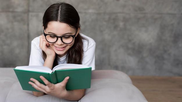 Retrato niña leyendo