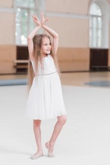 Retrato de niña linda bailando en clase de baile