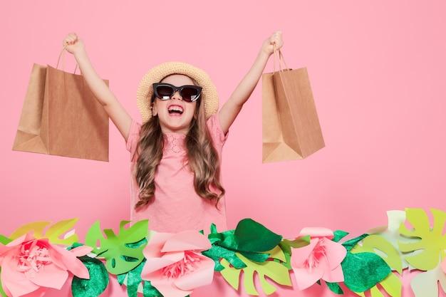 Retrato de niña linda con bolsa de compras
