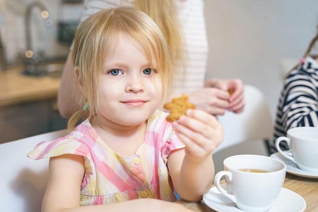 Retrato de una niña linda en la cocina.