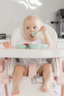 Retrato de niña linda comiendo comida