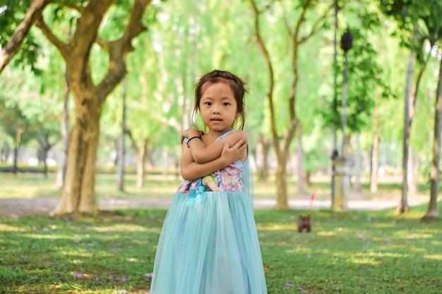 Retrato de una niña linda feliz al aire libre.
