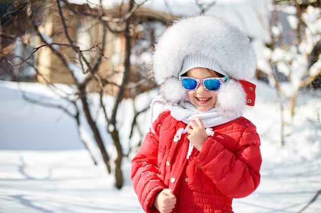 Retrato de niña linda en invierno