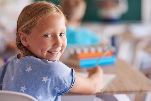 Retrato de niña linda durante la lección