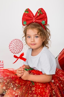 Retrato de niña linda en navidad