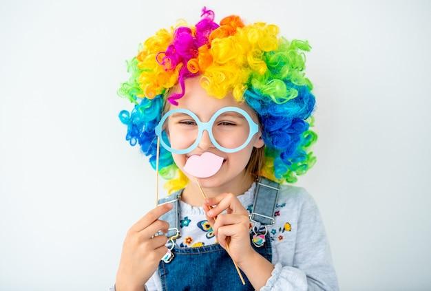 Retrato de niña linda en peluca colorida