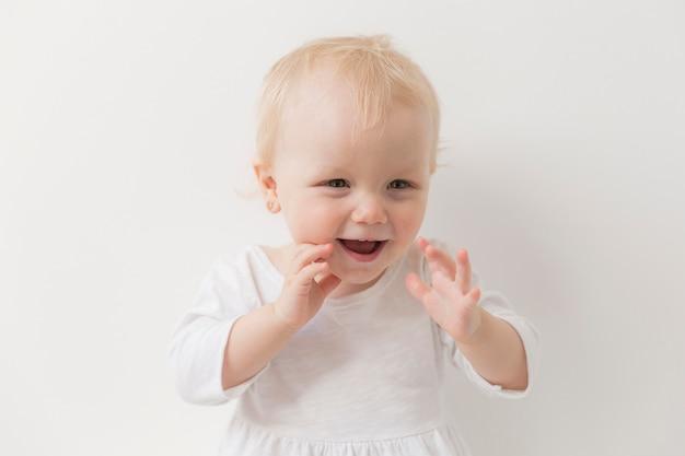 Retrato de niña linda riendo