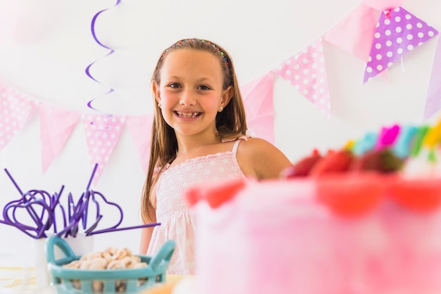 Retrato de una niña linda sonriente en fiesta de cumpleaños