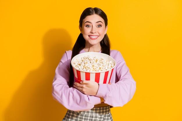 Retrato de niña loca divertida sincera abrazo caja de palomitas de maíz grande