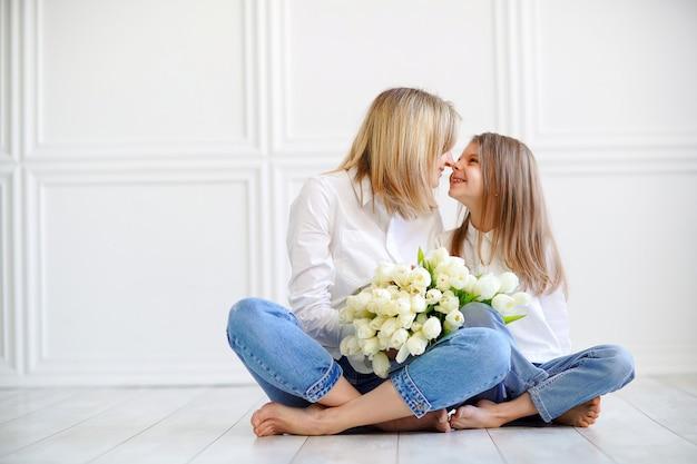 Retrato de niña y madre amorosa con tulipanes