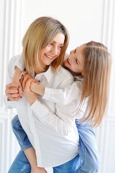 Retrato de niña y madre amorosa